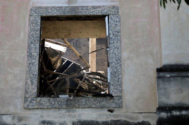 Escombros del incendio en el Museo Nacional de Brasil son vistos a través de una ventana.