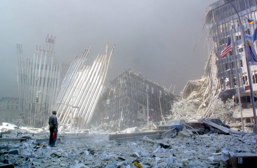 Un hombre contempla entre los escombros las ruinas de las Torres Gemelas tras su derrumbe.