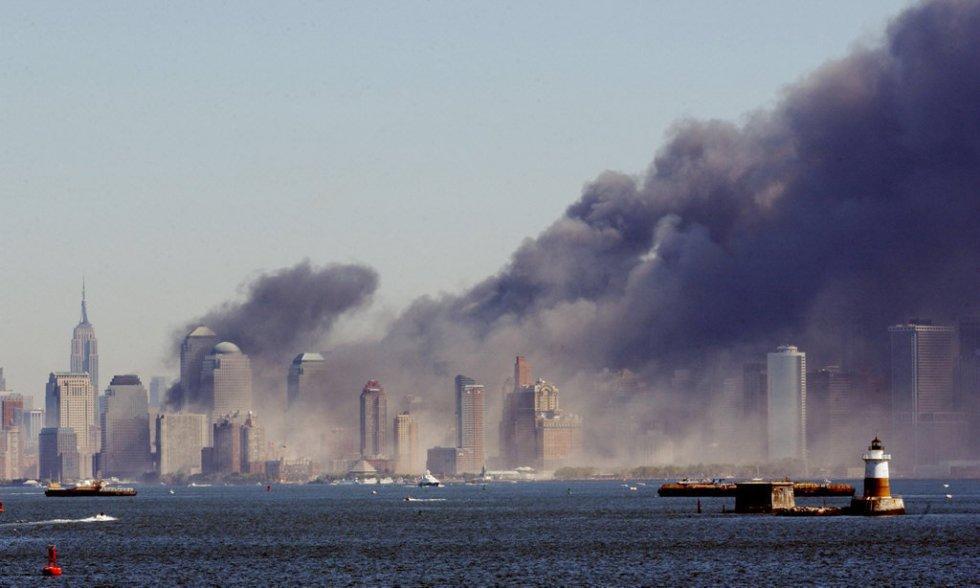 El humo envuelve Manhattan tras el derrumbamiento de las Torres Gemelas del World Trade Center, en la isla de Manhattan, Nueva York.