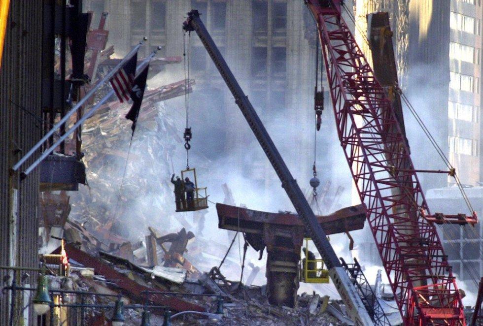 Equipos de rescate y bomberos trabajan sobre las ruinas de los edificios, tres días después de los atentados.
