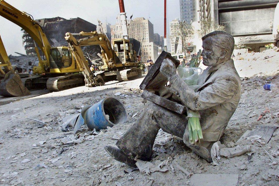 La estatua de un hombre entre los escombros al pie de las ruinas de las Torres Gemelas tras su derrumbe, dos días después de los hechos.