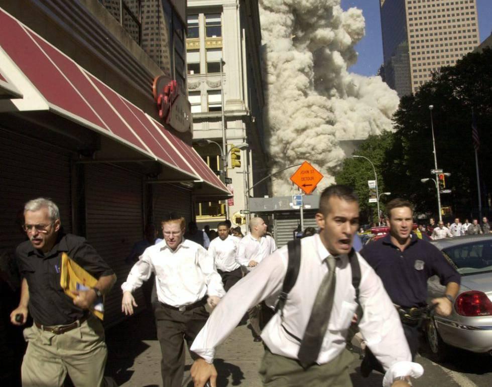 Tras el impacto de los aviones en los edificios, el pánico se apoderó de las calles de Nueva York. La Torre Sur fue la primera en derrumbarse, con 614 personas en su interior. En la Norte quedaron atrapadas 1.402 personas. También fallecieron 380 bomberos y policías. En la imagen, viandantes huyen de la zona del atentado.