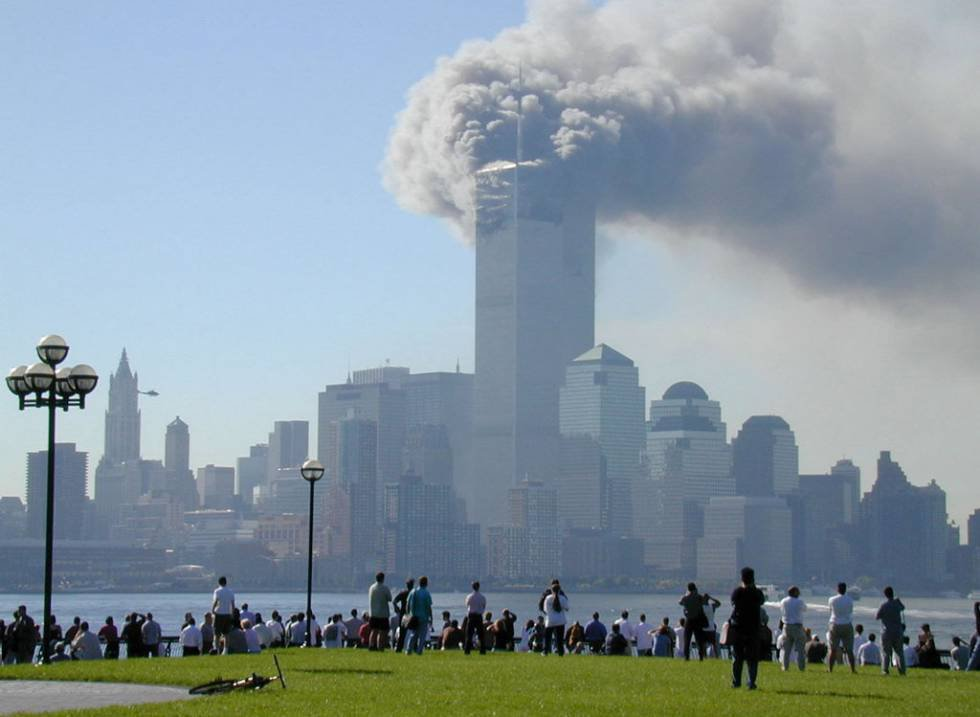 Vista desde Hoboken, Nueva Jersey, del World Trade Center tras derrumbarse una de las torres.