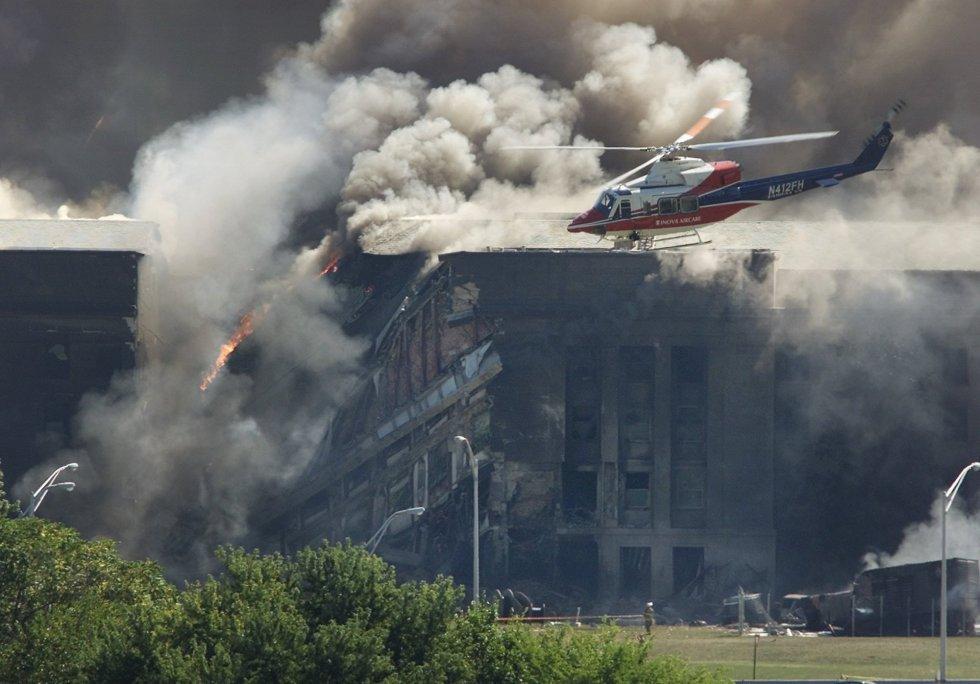 Un helicóptero de reconocimiento vuelva en los alrededores del Pentágono tras el impacto del vuelo de United Airlines 77.