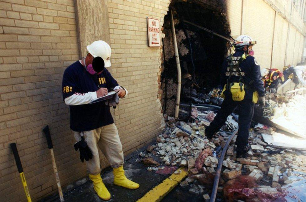 Investigadores del FBI recaban evidencias después de que el vuelo 77 de American Airlines impactase contra las instalaciones del Pentágono después de ser secuestrado por cinco terroristas saudíes poco tiempo tras partir el 11 de septiembre de 2001 del Aeropuerto Internacional de Dulles, en Washington.