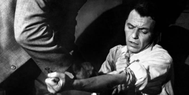 De qué va.  Frankie (Frank Sinatra) sale de la cárcel y se desengancha de la heroína. Tendrá que buscarse la vida evitando su antigua vida de 'crupier' aunque no lo tendrá fácil.    La polémica.  Para entender el impacto de este filme de Otto Preminger de 1955 hay que ponerse en situación. El cine había mostrado el uso de las drogas a principios del siglo XX solo en comedias. La marihuana llegó a ser demonizada en la década de los 30. 'El hombre del brazo de oro' es la primera película de Hollywood que habla directamente y sin rodeos de la adicción a la droga. Y a la más dura, la heroína. Basada en la novela de Nelson Algren, Preminger supo bordear la censura. Hay antros, casas de empeño, el club de 'striptease' donde Molly (Kim Novak) trabaja, un salón de billar… Preminger la estrenó antes de conseguir la aprobación de los censores porque creía que no atraía el consumo. Al contrario, presentaba la adicción de forma negativa. Gracias a este filme, la Asociación Cinematográfica de EE UU modificó su código para permitir que ciertas películas pudieran explorar temas hasta entonces controvertidos, como el abuso de las drogas, el aborto o la prostitución. Sinatra fue nominado al Oscar por pasar su particular 'Trainspotting'.