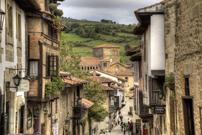 In third place is Santillana del Mar. Eighteenth-century houses and palaces, the Santa Juliana church, and a stunning cultural heritage set apart this town, which is half an hour from Santander. More information: santillanadelmarturismo.com