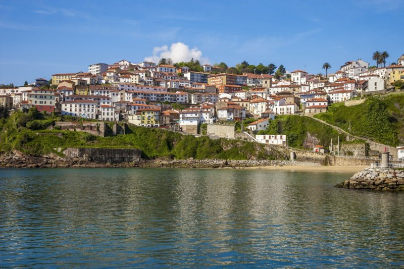 """The history of this town is closely linked to the sea. Its history as a whaling town stretches back to the 16th century, and it also features """"hanging houses"""" on its cliff face. More information: turismoasturias.es"""