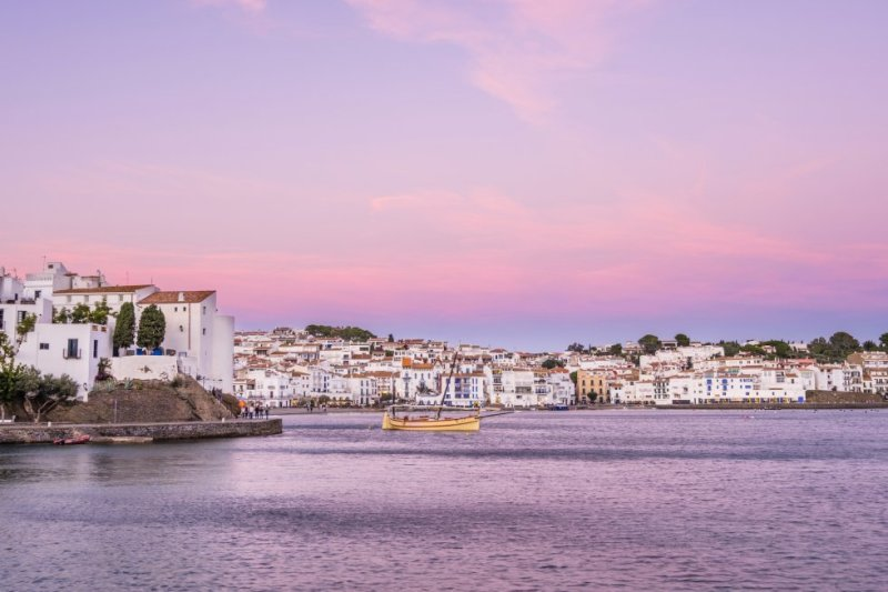 This small town is one of the most touristy on the Costa Brava. Its white houses sit opposite its small bays, the seaside promenade reaches to the Cala Nans lighthouse, and its narrow and steep alleyways are one of its trademarks. More information: visitcadaques.org