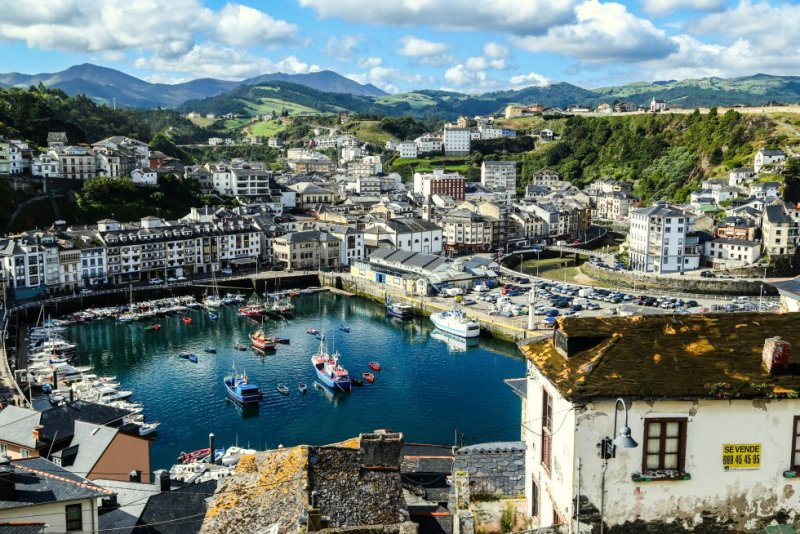 Located 90 kilometers from Gijón, this fishing town is famous for the panoramic views from its cemetery, its stately homes, and the Mesa de Mareantes monument. More information: turismoluarca.com