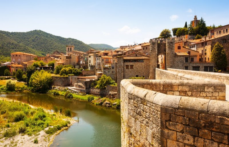 A must-visit destination for those who come to the Garrotxa area, Besalú is one of the best-conserved medieval sites in Catalonia. In 1966 it was given special status for its architecture. Few Visitors cannot resist taking a photo as they walk over the seven-arched Roman bridge, which crosses the River Fluviá. More information: besalu.cat