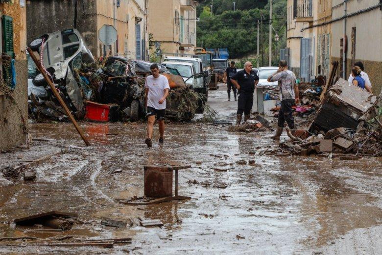Vecinos de la localidad de Sant Llorenç des Cardassar (Mallorca), limpian el lodo de sus muebles y enseres, tras las inundaciones y el desbordamiento de torrentes.