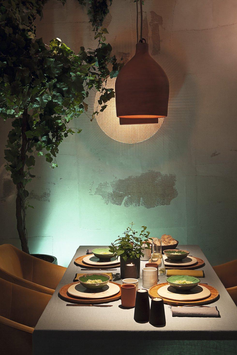 Los vasos y los platos de ceramistas artesanos y los manteles o las servilletas de lino como las de Balakata sirven para vestir una mesa de manera sostenible. También los cuencos (99 euros) y portavelas (35 euros) de Decafé, un proyecto de Raúl Laurí que utiliza los posos del café para fabricar artículos de menaje y decoración.