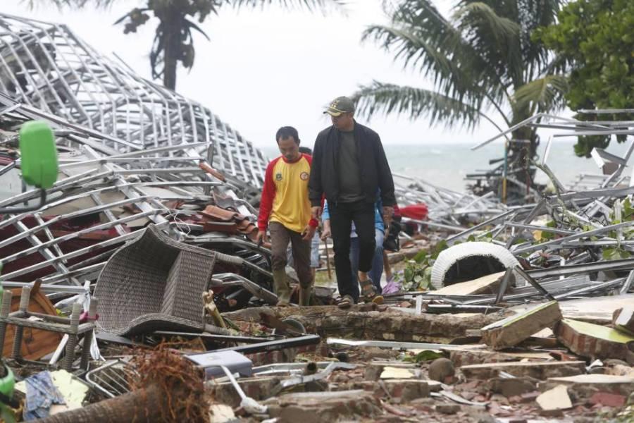 DOs hombres caminan entre los escombros en Pandeglang (Indonesia), azotado por un tsunami.