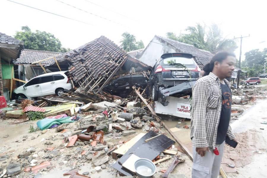 Un hombre frente a su casa, completamente destrozada por el tsunami en Indonesia.
