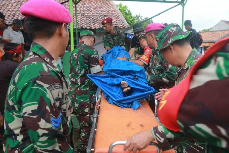 Personal de rescate recuperan un cadáver tras el tsunami en Lampung (Indonesia).