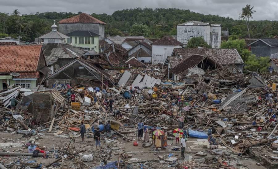 Habitantes de la ciudad de Sumur (Indonesia) junto a los escombros de sus viviendas tras el tsunammi, el 24 de diciembre de 2018.