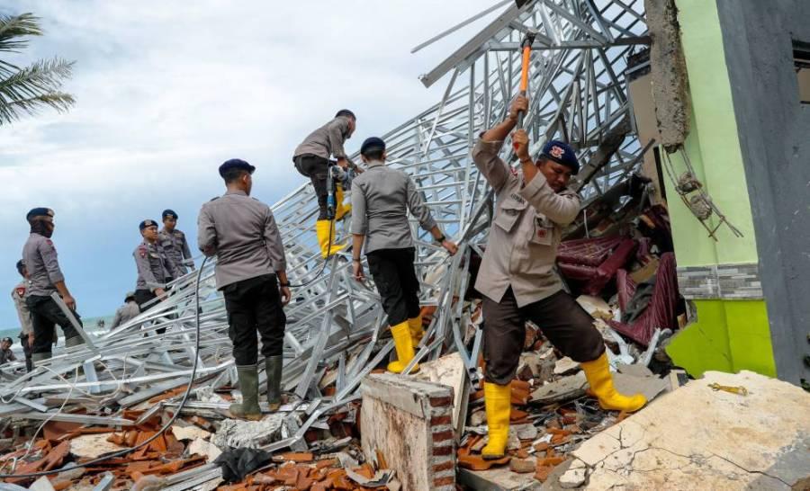 Agentes de la policía buscan supervivientes entre los escombros en Pandeglang (Indoneisa), el 24 de diciembre de 2018.