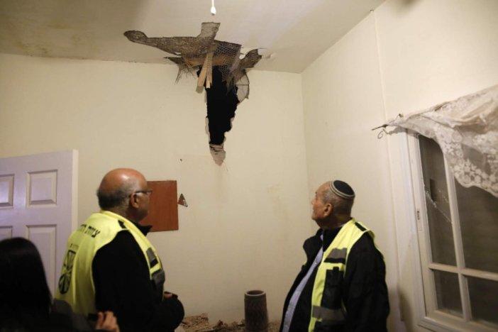 Dos voluntarios inspeccionan el techo de una vivienda afectada por los bombardeos en Sderot, una ciudad al sur de Israel, la noche de este lunes. Las sirenas de alarma se activaron de madrugada en decenas de localidades israelíes a causa del lanzamiento de proyectiles desde la Franja. Desde que se inició la ofensiva aérea de represalia, al anochecer del lunes, las milicias palestinas dispararon un total de 60 cohetes o granadas de mortero. La mayoría cayeron sobre zonas deshabitadas y el resto fueron interceptados por el sistema defensivo antimisiles Cúpula de Hierro.