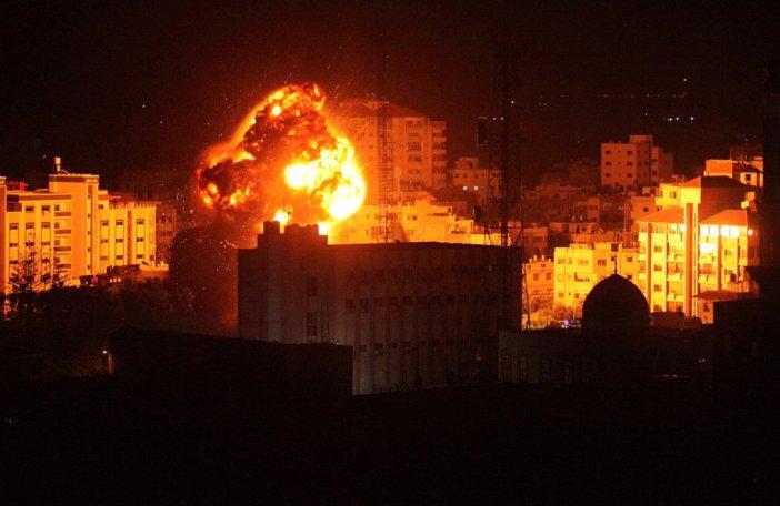 Edificios enteros y centros de mando de la organización islamista, como las oficinas de su máximo líder político, Ismail Haniya, quedaron arrasados en los ataques de la aviación hebrea.