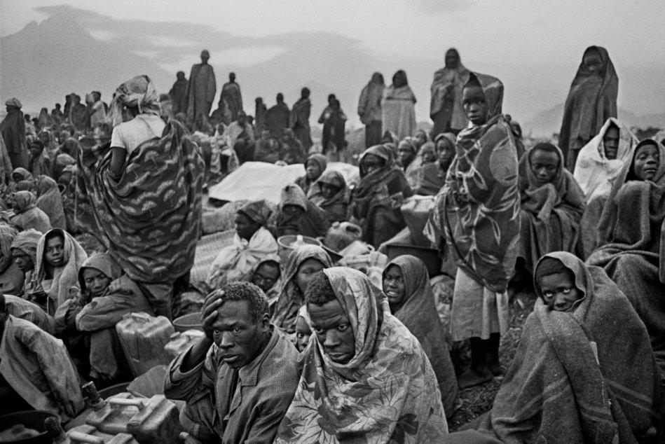 En julio ya había más de 13.000 muertes, con altísimas tasas de mortalidad por día en Goma. MSF trabajaba principalmente en dos ejes: el manejo de las epidemias de cólera y disentería, y el suministro de agua potable. También se puso en marcha un programa de apoyo al orfanato.