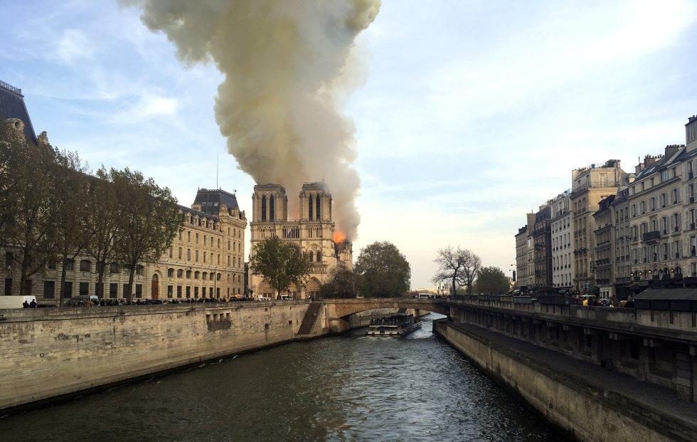 Las llamas y el humo se elevan sobre el techo de la catedrab de Notre Dame. Se desconocen por el momento las causas del origen aunque las hipótesis apuntan a que podría estar relacionado con los trabajos de renovación que se estan llevando a cabo en la histórica catedral.