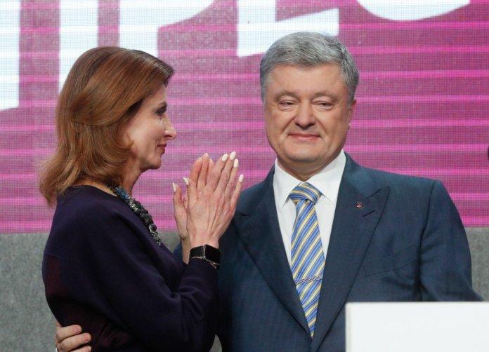 El presidente de Ucrania y candidato a la presidencia, Petro Poroshenko, y su mujer, Maryna, tras conocer los resultados en Kiev.