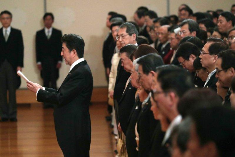 Teniendo en cuenta los rigores legales que impiden al emperador de Japón mezclarse en temas políticos, ha sido el primer ministro nipón, Shinzo Abe (en la imagen), quien en la ceremonia ha confirmado la abdicación de Akihito, de acuerdo a la ley especial aprobada para esta ocasión.