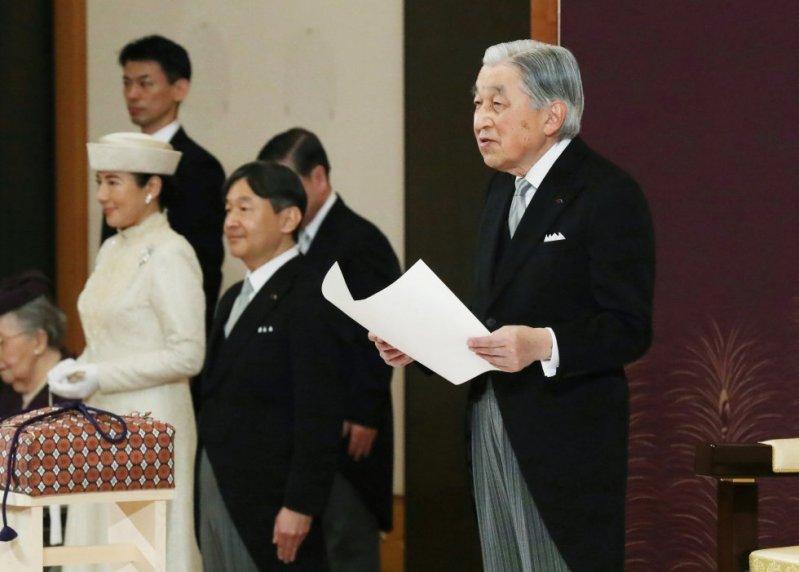 El emperador Akihito habla durante la ceremonia de su abdicación frente a otros miembros de las familias reales y altos funcionarios del gobierno en el Palacio Imperial de Tokio. El príncipe heredero Naruhito, segundo desde la izquierda y la princesa heredera Masako, a la izquierda.