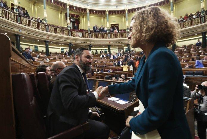 La presidenta del Congreso de los Diputados, Meritxell Batet, saluda al líder de Vox, Santiago Abascal.