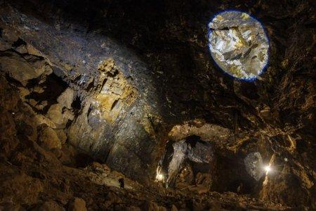 Um geode de cerca de 50 cm no topo de uma galeria de minas, iluminado por um círculo de luz. Este fenômeno da natureza ocorre devido a um processo mineralógico em que um buraco na rocha é coberto com cristais, geralmente quartzo, calcita e gesso. O fator diferenciador do geode de Pulpí é o grande tamanho e transparência dos cristais