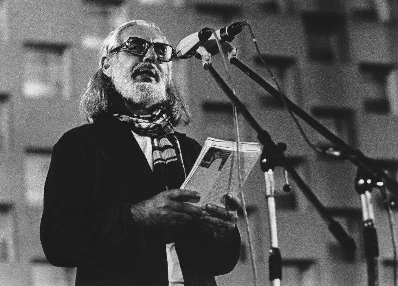 """Cardenal se definía como el fundador de un nuevo estilo literario que él llamó en una entrevista con EL PAÍS """"poesía científica"""". """"Para mí es casi como una oración leer libros científicos. Veo en ellos lo que algunos han dicho que son huellas de la creación de Dios"""", había dicho."""