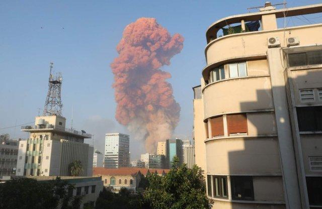 La columna de humo vista desde otra parte de la ciudad, de unos 360.000 habitantes.