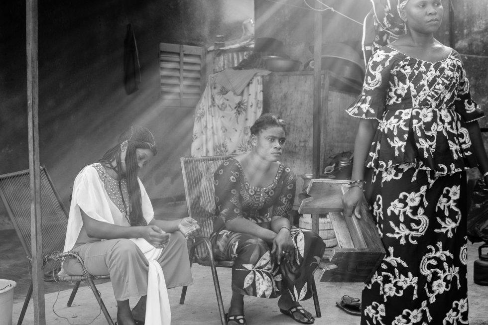 La mutilación genital femenina afecta a 200 millones de mujeres en el mundo y tiene consecuencias psicológicas y sanitarias devastadoras, según el último informe de Unicef. La obra fue representada en cinco comunidades de la región de Sikasso, al sur de Malí. Côte Court busca sensibilizar a la población de las consecuencias que tiene para la salud de las mujeres y niñas la práctica de esta tradición. En la imagen, algunas actrices en el ensayo general de la obra en las instalaciones de la asociación Côte-Court en Bamako.