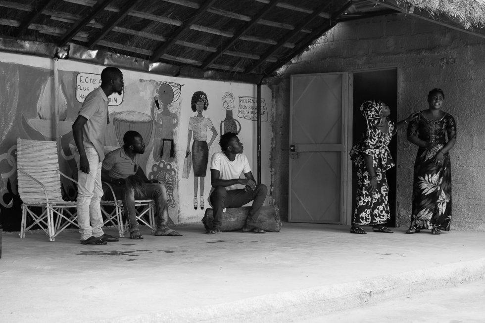 La mutilación o ablación genital femenina es un procedimiento que se realiza a una mujer o a una niña con el objeto de alterar o lesionar sus órganos genitales sin que existan razones médicas que lo justifiquen. Casi siempre implica la extirpación parcial o total de los genitales externos. En esta escena, durante el ensayo general en las instalaciones de la asociación Côte-Court en Bamako, se representa una conversación familiar en torno a la decisión de practicar la ablación a una de las sobrinas de la familia una vez que regrese de visitar a un pariente cercano.