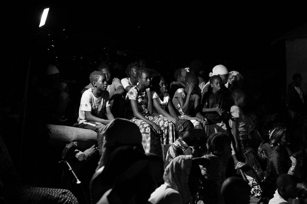 La obra se desarrolla en clave de humor. Así, conectan con el público y se crea un clima propicio para el diálogo, que involucre a todas las personas de la comunidad y de todas las edades. En la imagen, jóvenes asistentes a la representación en Flabougoula.