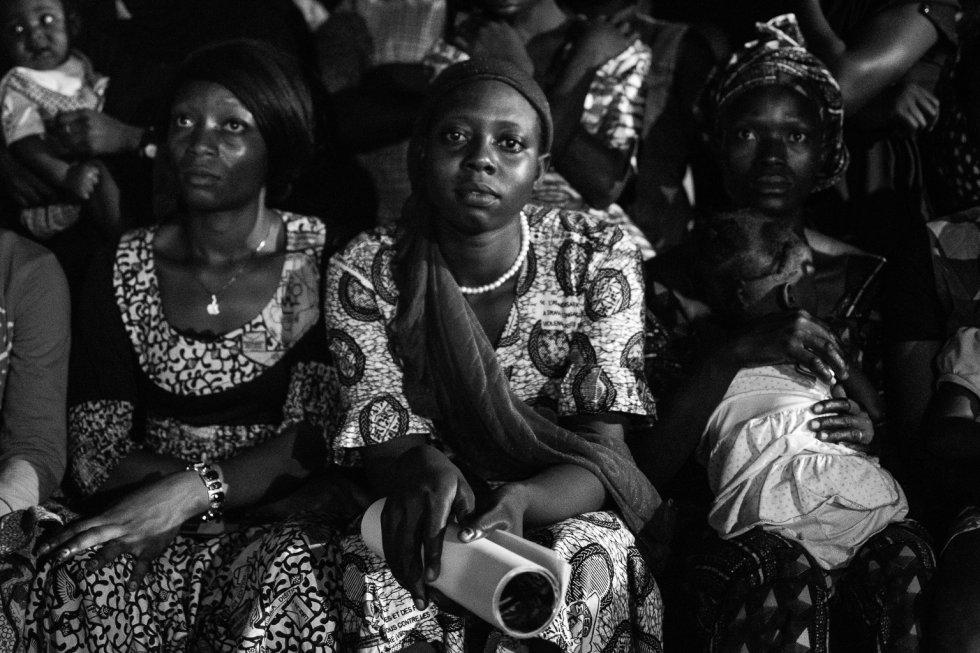 Mujeres del barrio de Kabala Est en Bamako asisten a la representación de la obra en la plaza central. Situado a las afueras de la capital, Kabala Est es una zona deprimida, marginal y con un alto índice de práctica de la ablación a las niñas.