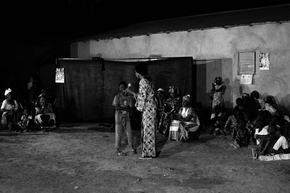 Mama Koné le pregunta a un joven qué le ha parecido la obra y cuál es su opinión. El joven contesta que está de acuerdo con los personajes de la obra y que lo mejor es no continuar con esta tradición. Tras estas palabras, todas las personas presentes aplaudieron.