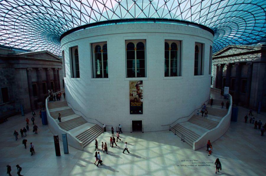 Uno de los museos imprescindibles en el mundo, el British Museum lleva 260 años mostrando sus tesoros a los visitantes, que pueden visitarlo gratuitamente y admirar obras absolutamente únicas, como los relieves del arte asirio. Entre ellos la leona herida, uno de los más bellos de la historia del arte, por citar solo una de las obras maestras que alberga el museo. Otras de las piezas imprescindibles son la piedra Rosetta y los mármoles del Partenón de Atenas. En el patio, la cúpula de Norman Foster le da al sobrio edificio un elegante toque de contemporaneidad.