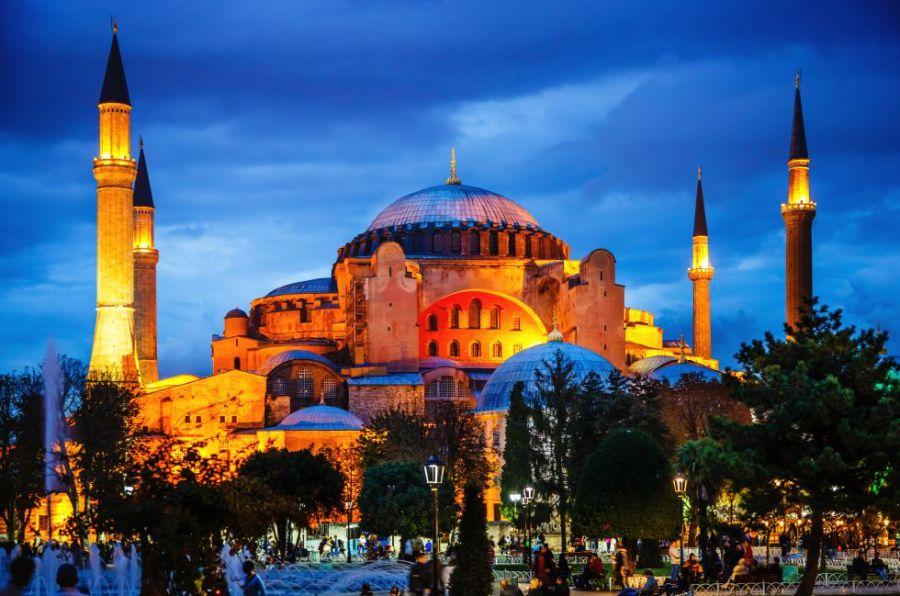 Construida hace 1500 años en Estambul, Santa Sofía (Aya Sofya) es un hito de la historia de la arquitectura y de la historia de la cultura. Su maravillosa cúpula imita la cúpula celeste. Tras la conquista otomana de 1453, se le añadieron los cuatro minaretes que luego se reproducirían en otras mezquitas de Estambul, incluida la Mezquita Azul.