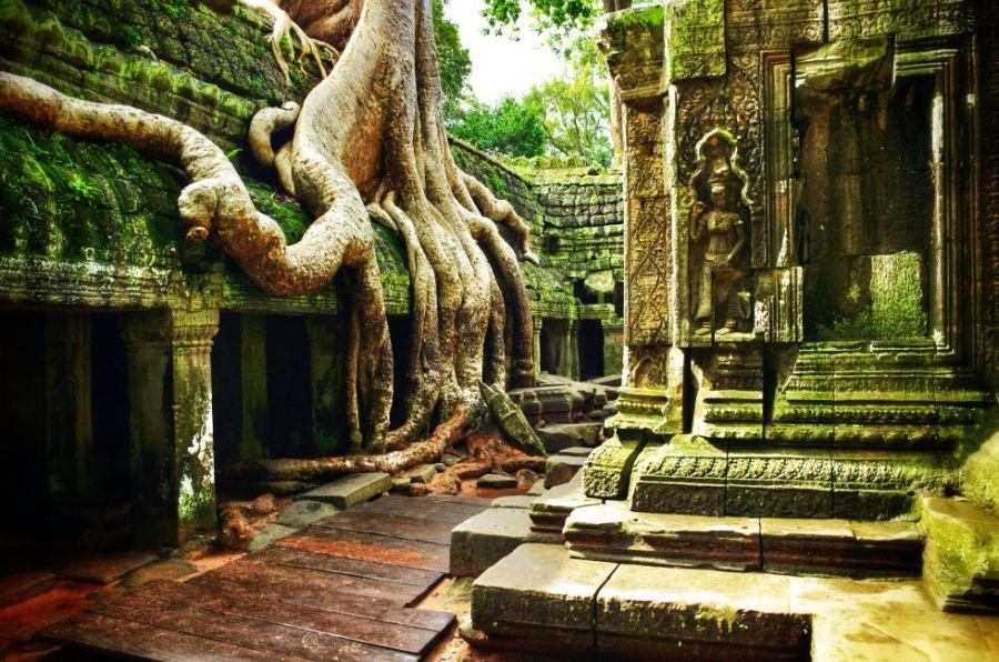 Los templos de Angkor, en Camboya, encabezan la lista de los 500 destinos más bonitos del mundo que Lonely Planet ha juntado en un libro muy inspirador: 'Los 500 mejores lugares para viajar' (29,50 euros). Se necesitan al menos tres días para recorrer Angkor. Y aun así, solo se puede abarcar una pequeña porción de este gigantesco complejo (250 kilómetros cuadrados) cercano a Siem Riep (Camboya), que fue capital del imperio jemer entre los siglos IX al XV. Dos monumentos destacan entre los más de 900 que hay en el recinto: el Bayon y el Angkor Vat, templos piramidales rematados por grandes torres y risueños rostros de Buda.