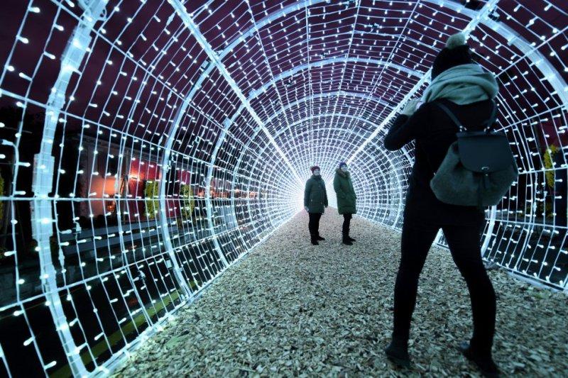 Para confeccionar el túnel luminoso de la foto se emplearon 28.750 luces led RGB que cambian de color imitando las auroras boreales. La brillante bóveda, de 50 metros de largo e inspirada en la iluminación navideña de Japón, es la estrella de la decoración de Navidad en la ciudad suiza de Vevey. Situada en una bahía al noreste del lago Leman, Vevey está a seis kilómetros de Montreux (donde se encuentra el hotel Montreux Palace, en el que vivió sus últimos años el escritor Vladímir Nabokov). Vevey es conocida por ser la sede de Nestlé, por sus festivales de cine independiente y de fotografía, y por acoger el museo Alimentarium, el primero dedicado a la gastronomía. Aquí vivió Charles Chaplin desde el año 1952 hasta su muerte en 1977. En su mansión, Le Manoir de Ban, hoy convertida en museo, se inauguró en 2016 Chaplin's World, un parque temático dedicado al genial cómico donde se pueden ver réplicas de los decorados de películas como 'Tiempos modernos' o 'Luces de la ciudad'.