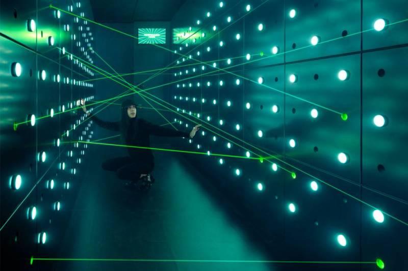 Ser agente secreto, aunque sea por unas horas, es posible en Nueva York, donde acaba de abrir Spyscape (spyscape.com), un museo interactivo dedicado al mundo del espionaje: 5.500 metros cuadrados donde enfrentarse a un detector de mentiras, ser cronometrado al cruzar un túnel protegido por sensores láser (en la foto) o descifrar códigos secretos. El espacio museístico es obra del arquitecto británico de origen ghanés David Adjaye, quien recibió en enero el premio al mejor diseño de 2017 por el Museo Nacional de Arte y Cultura Afroamericana de Washington en los galardones anuales organizados por el Museo del Diseño de Londres. Adjaye también ha trabajado en otros museos, como el de arte de San Antonio (Texas) o el nuevo Studio Museum de Harlem, en Nueva York. Para este proyecto, el arquitecto consultó a hackers y miembros de agencias de inteligencia. El museo recorre siete áreas del espionaje (como la piratería informática u operaciones de inteligencia) y cuenta con tienda de regalos y libros. La entrada cuesta 32 euros.