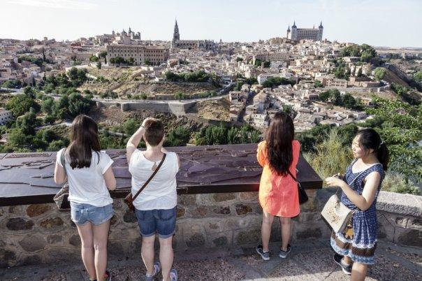 Parafraseando aquel famoso eslogan publicitario, el Mirador del Valle es, posiblemente, la mejor vista de Toledo. Para llegar hasta él hay que alejarse un par de kilómetros de la ciudad por la carretera de circunvalación y subir por otra más angosta que termina en un par de apartaderos para dejar el coche. Unos pasos después aparece ante los ojos del viajero el riquísimo entramado urbano bañado por las aguas del Tajo y dominado por el Alcázar, el castillo de San Servando, la torre de la catedral... Eso sí, hay quienes discrepan ( como Paco Nadal ) y defienden que las mejores vistas de Toledo se obtienen desde la terraza del Parador de Turismo.