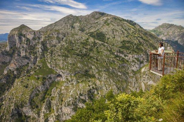 Abierto hacia el desfiladero de La Hermida, el mirador de Santa Catalina, en el municipio de Peñarrubia, está considerado uno de los mejores de Cantabria: se construyó en 1999 en lo más alto del monte homónimo, en voladizo, de manera que bajo los pies del visitante hay más de 1.000 metros de caída hasta el río Deva. Los Picos de Europa asoman como telón de fondo. Junto a él perviven las ruinas de una torre defensiva de la Edad Media conocida como La Bolera de los Moros. Para llegar hay que tomar una carretera, habilitada ex profeso, que atraviesa un bosque y deja atrás la ermita de Santa Catalina.