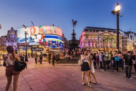 Es una de las capitales europeas que más turistas recibe, así que Londres también es una de las ciudades más fotografiadas del mundo. Picadilly Circus, entre Picadilly y Regent Street, es un lugar de compras, donde se concentran los teatros y donde está el icónico panel luminoso de anuncios. Este también es, según Sightsmap, el punto de Londres desde el que se disparan y comparten más fotografías.