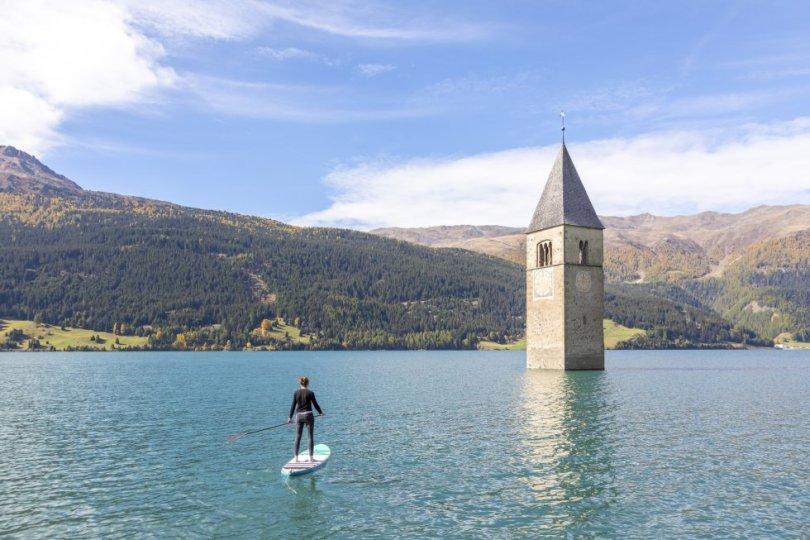 Com seu pano de fundo de montanhas e margens arborizadas, o Lago Reschensee é uma natureza intacta, com exceção da torre que brota de suas águas. Localizado na região italiana do sul do Tirol, o lago foi artificialmente criado para a construção de uma represa em 1950. Além de uma área de cinco quilômetros, de campos e dezenas de casas, uma igreja do século XIV também ficou submersa, da qual agora sobressai a torre do sino. No inverno, é possível andar sobre o lago congelado até tocar na torre. O Reschensee fica perto da fronteira italiana com a Suíça e a Áustria e a visita pode ser feita de um dos três países.