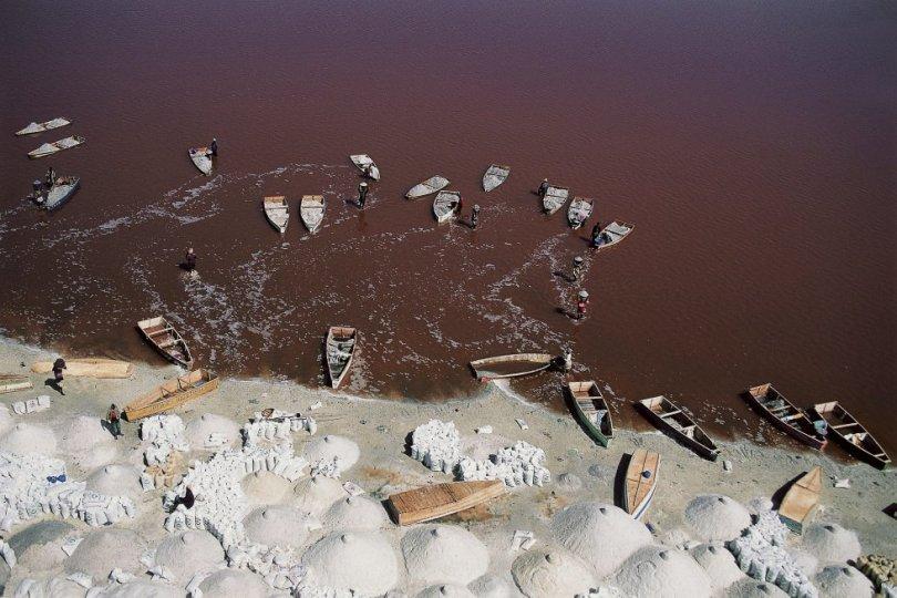 Le Lac Rose, a apenas 30 quilômetros a nordeste de Dacar, faz jus a seu nome. Em um dia quente e ensolarado na estação seca, esse lago reluzente lembra uma paisagem de Marte. O alto nível de salinidade do lago favorece a reprodução de dunaliella salinas, microalgas que produzem um pigmento vermelho para absorver a luz solar e tingem as águas dessa tonalidade. Os banhistas flutuam facilmente nas águas hipersalinas do Lac Rose. Aqueles que não querem tomar banho podem alugar um barco de madeira e remar pelo lago. As pousadas próximas oferecem uma boa estrutura para se passar a noite e organizam passeios a cavalo e outras excursões pela região do lago. A melhor época para visitá-lo é de novembro a maio.