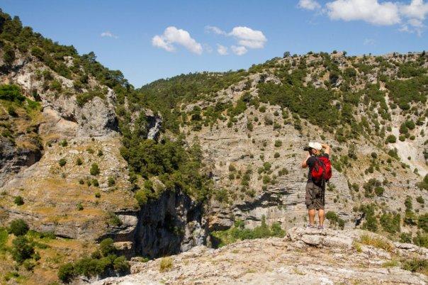 Su característico paisaje kárstico ha sido esculpido por el agua de los varios ríos que atraviesan el parque natural de los Calares del Río Mundo y de la Sima. Está dominado por los escarpes calizos, los cañones fluviales, los calares (donde abunda la piedra caliza), las simas, las dolinas (depresiones en forma circular) y las uvalas (formadas por la unión de dos o más dolinas). También es una zona de cuevas, entre las que destaca el complejo de la Cueva de los Chorros del Mundo y el Nacimiento del Río Mundo (en la imagen). En total, más de 19.000 hectáreas de Castilla-La Mancha divididas en cinco parajes: Calar del Mundo, Calar de En Medio, Chorros del río Mundo, Poljé de la Cañada de los Mojones, Sierra del Cujón y Calar de la Sima. Más información: areasprotegidas.castillalamancha.es