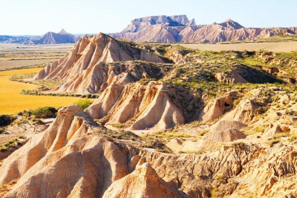 Las Bardenas Reales es parque natural y Reserva de la Biosfera por la Unesco. Unas 42.000 hectáreas de paisaje semidesértico, aparentemente desnudo e inhóspito, poblada de barrancos, mesetas y cerros solitarios (llamados cabezos) el sureste de Navarra, cerca de Tudela . La erosión del viento y el agua ha moldeado sus suelos de arcillas, yesos y areniscas con formas caprichosas y sorprendentes, atrayendo los rodajes de películas y series, como como 'Juego de tronos' . Hay rutas señalizadas para recorrer a pie, en bicicleta o a caballo, y un centro de información donde conocer leyendas como la del bandolero Sanchicorrota, que despistaba a sus perseguidores poniendo del revés las herraduras de su caballo. Más información: turismo.navarra.es